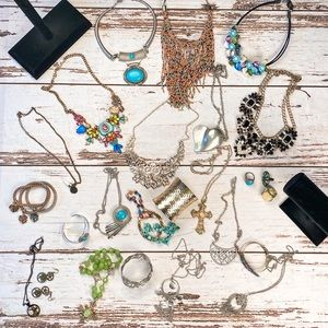 Bundle of 25 Pieces of Fashion Jewelry